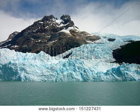 Glacier descending the mountain. Summer arrives and the chances of seeing and hearing the breaking of the ice Perito Moreno Glacier are larger.