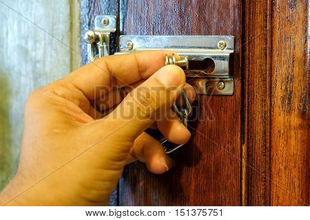 Security chain by hand safety device for the door.
