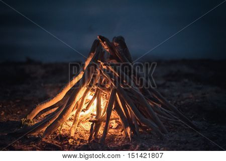 Inflames the fire of wood at night