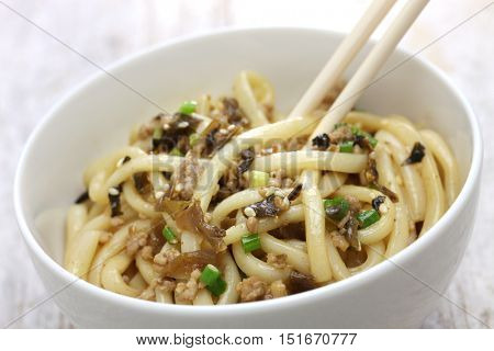 dan dan noodles, chinese sichuan cuisine, mixing the noodles