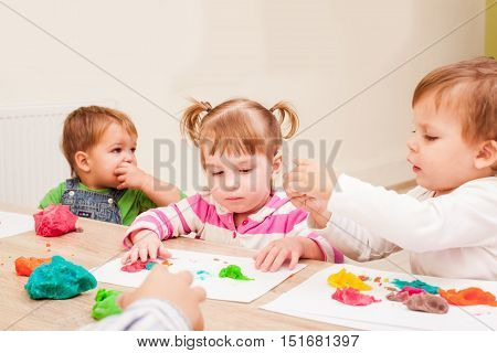 Children are making a figure plasticine on the table