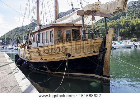Cagliari: overview of a sailboat docked at the marina of Marina Piccola - Sardinia