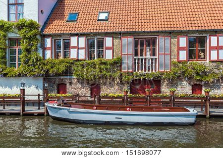 Bruges, Belgium - April 6, 2008: Boat In Front Of A House On Channel Dijver