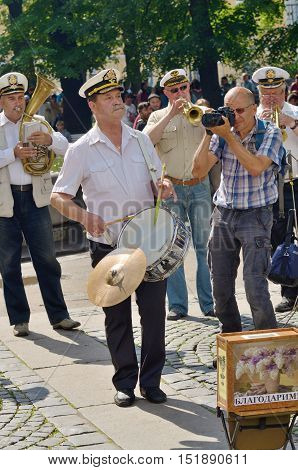 01.08.2016.Russia.Saint-Petersburg.Musicians on a city street.Additional income to the family budget.