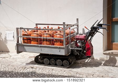 Small tracked vehicle for transport gas cylinders trough narrow streets