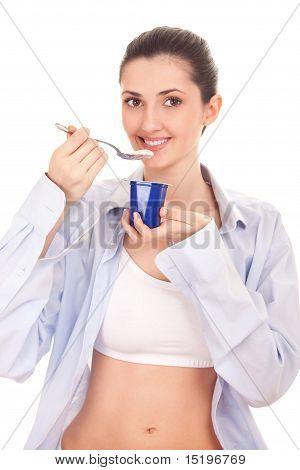 Mädchen essen Joghurt