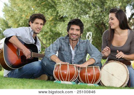 Três jovens músicos no Parque