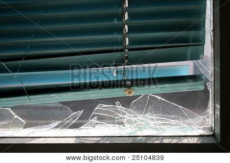 zertrümmerte Fenster