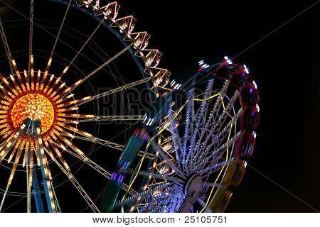 Riesenrad und Karussell auf dem deutschen Oktoberfest, München