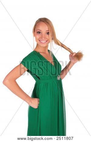 Mädchen in grün halten ihre plait