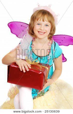 Garota dançando traje com presente.