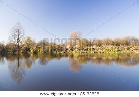 Costa del río de otoño