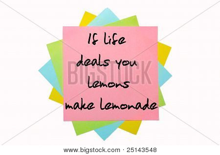 """Provérbio """"se vida você lida limões, faz limonada"""" escrito no monte de notas auto-adesivas"""
