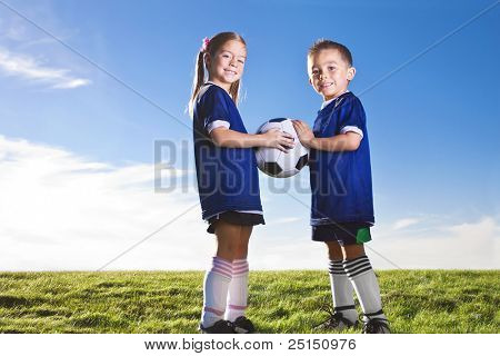 Jugend-Fußball-Spieler, die lächelnd auf einem Rasen
