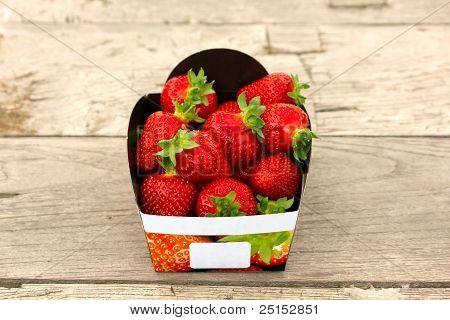 Erdbeere Korb auf Tisch