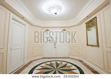 Vorraum mit Doppel Tür und Mosaik Marmorboden