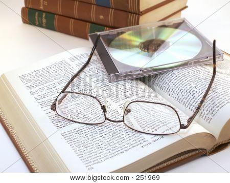 Gläser und Cd auf offenes Buch