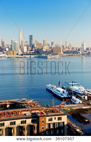 New York City skyline panorama over rivier de Hudson met boot en wolkenkrabber bekeken uit New Jersey.
