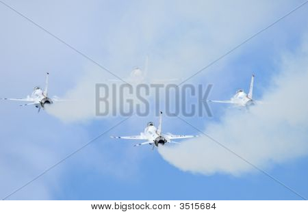 F-16 Thunderbirds In Airshow