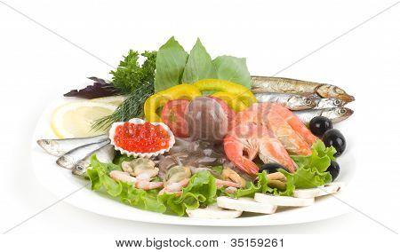 rohe Meeresfrüchte mit Gemüse auf weißem Hintergrund