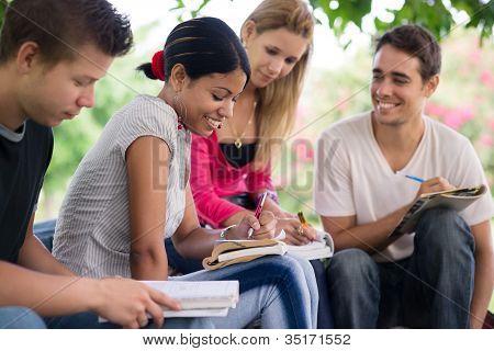 Universitarios haciendo trabajos en el Parque