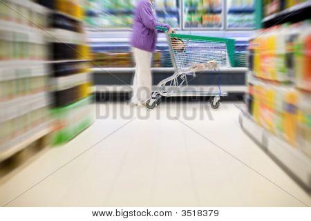Comprador do supermercado com o carrinho de compras