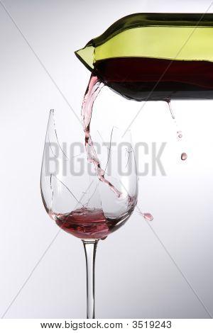 Quebrado o vidro de vinho Pour