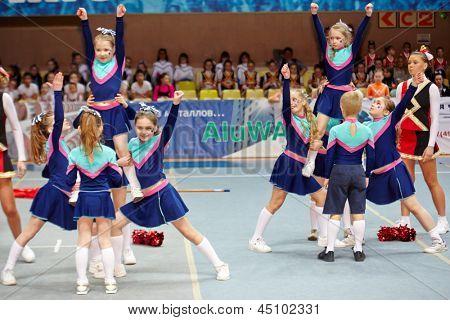 Moscú - 24 de MAR: Niñas y niños del equipo de animadoras de los niños realizar acrobacias en el campeonato y