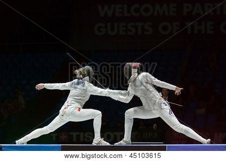 Moscou - 06 de abril: Bela luta no Campeonato do mundo na esgrima entre juniores e cadetes, em Spo