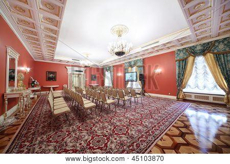 Moscou - 24 de abril: Luxo Red Hall na extensão de convidado para a reunião com newspersons no Kremlin Grand Pa