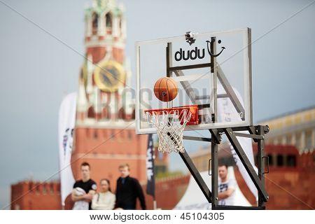 Moscou - 27 de maio: Bola sobre cesta no jogo durante Dudu Streetbasket fest na Praça Vermelha, 27 de maio de 2012,