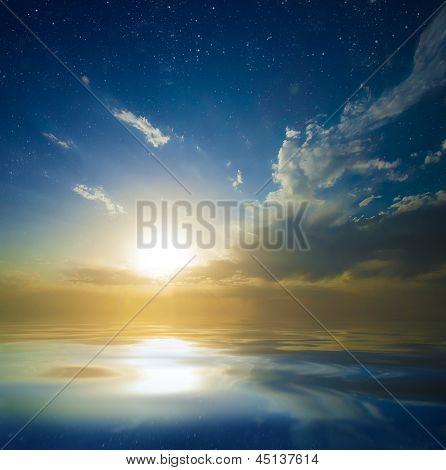 Hermosa puesta de sol sobre el agua