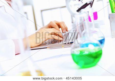 Jovem cientista feminina, trabalhando no laboratório