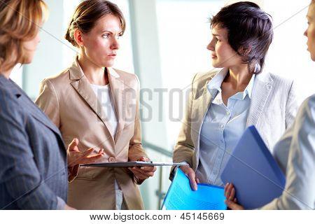 四个女企业家在会议上进行交互的形象
