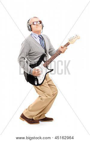Voller Länge Portrait eines Reifen Mannes Gitarrespielen isoliert auf weißem Hintergrund