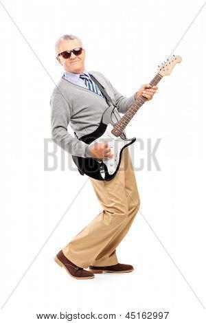 Voller Länge Portrait eines lächelnd Reifen Mannes Gitarrespielen isoliert auf weißem Hintergrund