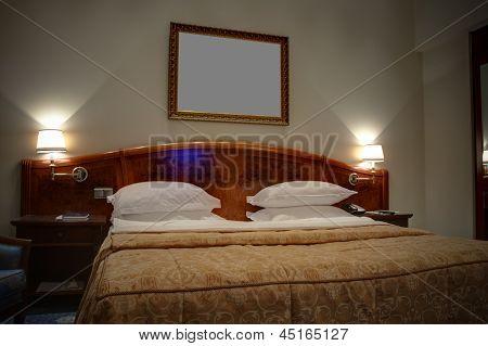 Cama king-size com mesas de cabeceira