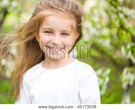 adorável menina no Prado no dia solar