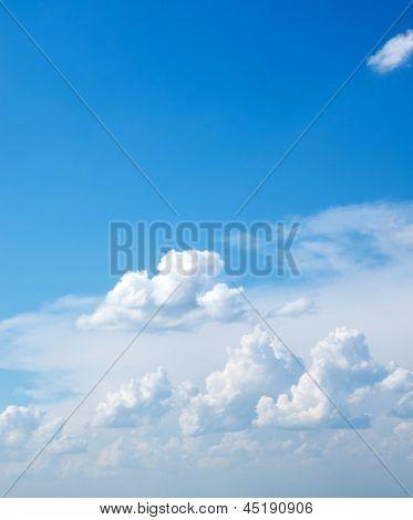 céu azul com nuvem closeup