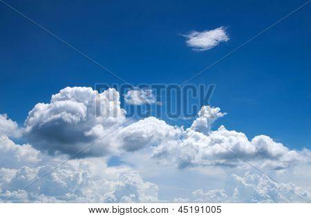 céu azul com nuvens closeup