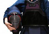 Постер, плакат: Заделывают кэндо мужчин в руках кэндо истребитель изолированные на белом Японское боевое искусство меча fi