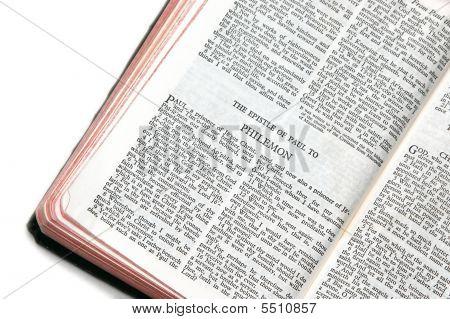 Bíblia aberta a Filémon