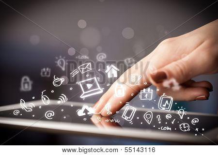 Mano que toca tablet pc, el concepto de las redes sociales