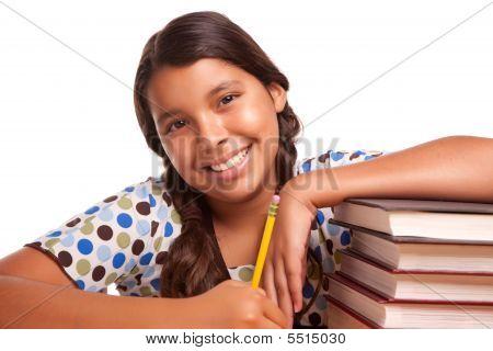 Niña hispana bastante sonriente estudiando