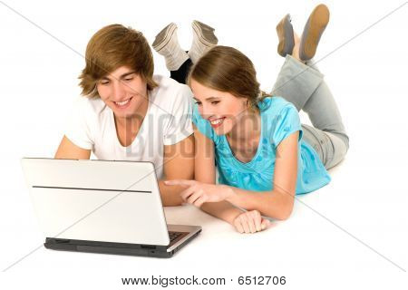 Casal adolescente com laptop