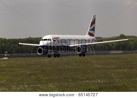 British Airways Airbus A320-232 aircraft preparing for take-off from the runway