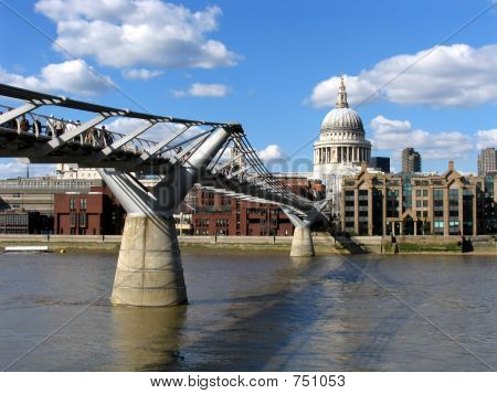 e Millennium (Wobbly) Bridge and St. Paul's Cathedral, London