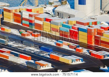 Heavy containers in a dock