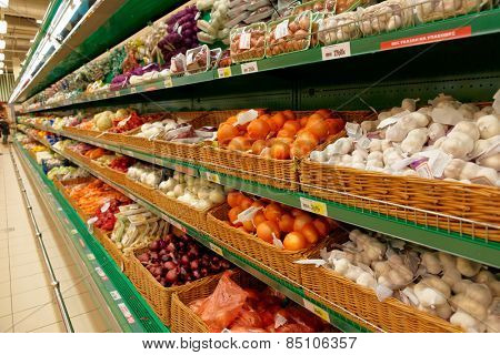 Onion and garlic on supermarket shelves, no trademarks