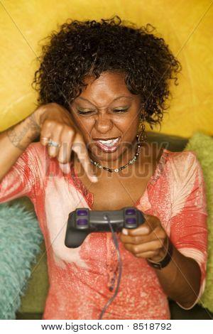 Afro-amerikanische Frau spielt Video-Spiel